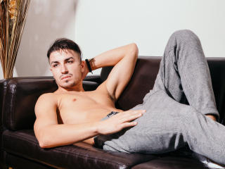 Voir le liveshow de  BruceMattias de Xlovecam - 24 ans - I am always horny...just the thing you like I love to play with me many position. I am a sexy ...